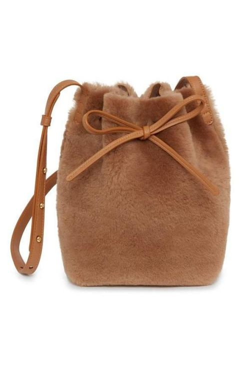 1564066367-1564066316-mini-bucket-bag-shearling-camel-detail-1-180806-grande-1564066362